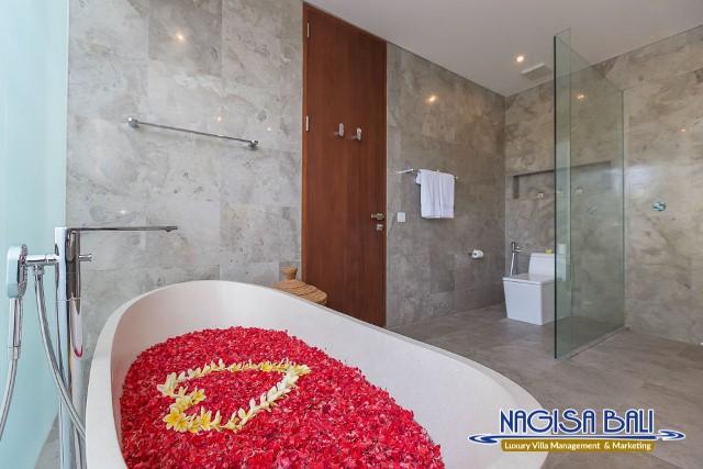 Villa-Roemah-Natamar-Bathroom2-0290low-Res-w-logo