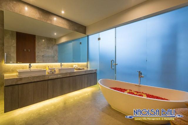 Villa-Roemah-Natamar-Bathroom2-0409low-Res-w-logo